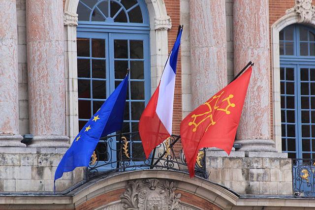 Drapeaux Européen et Occitan au balcon du Capitole. Pierre Selim